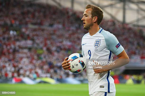 Harry Kane of England prepares for a corner kick during the UEFA EURO 2016 Group B match between England and Russia at Stade Velodrome on June 11...