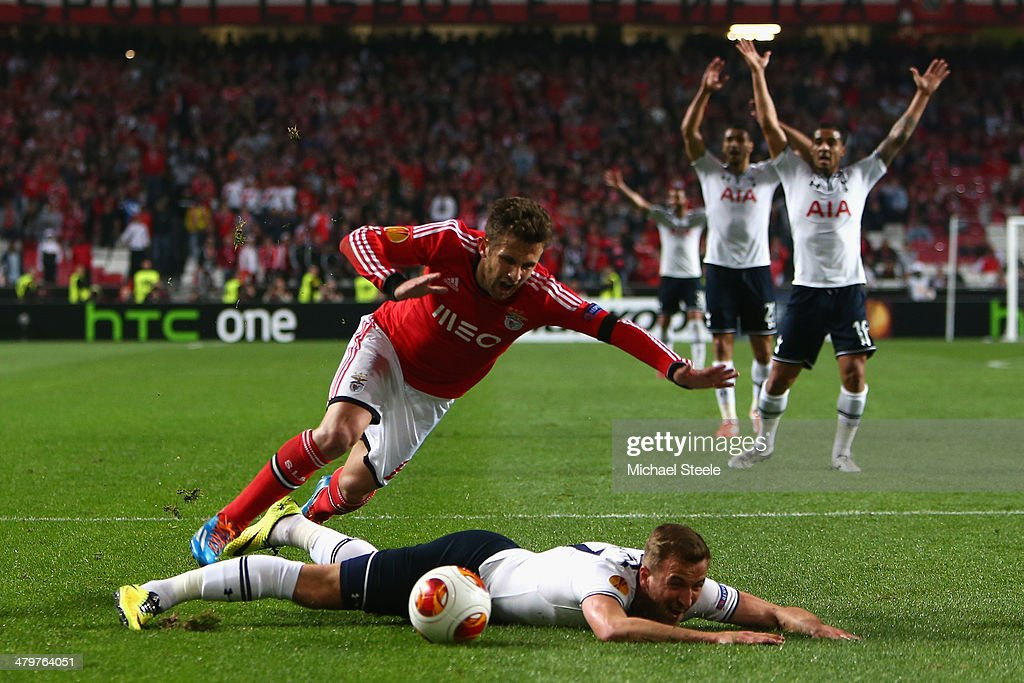 Harry Kane of Tottenham Hotspur falls under the challenge of Miralem Sulejmani of SL Benfica but appeals for a penalty are turned down during the UEFA Europa League Round of 16 2nd leg match between SL Benfica and Tottenham Hotspur at Estadio da Luz on March 20, 2014 in Lisbon, Portugal.