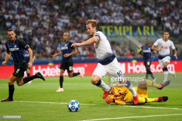 Harry Kane of Tottenham Hotspur rounds Samir Handanovic of Internazionale during the Group B match of the UEFA Champions League between FC...