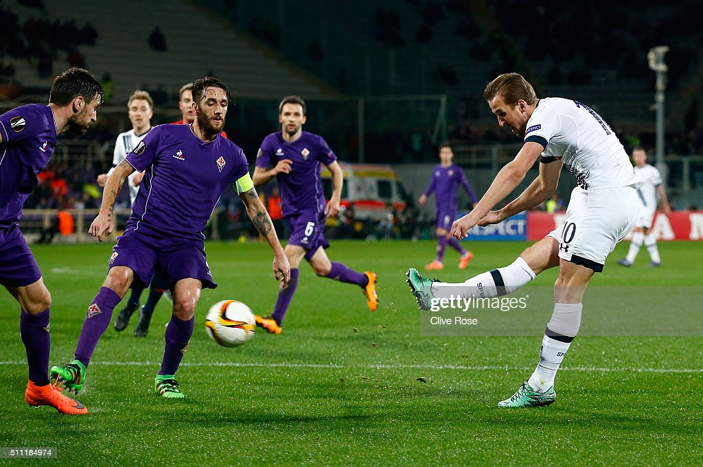Harry Kane of Tottenham Hotspur shoots at goal during the UEFA Europa League round of 32 first leg match between Fiorentina and Tottenham Hotspur at Stadio Artemio Franchi on February 18, 2016 in Florence, Italy.