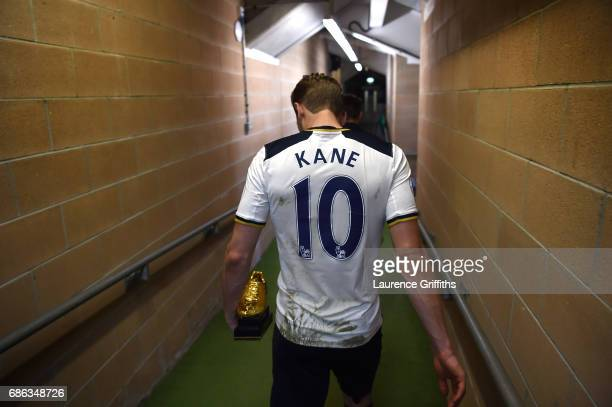 Harry Kane of Tottenham Hotspur walks to the dressing rooms with the Premier League Golden Boot award after the Premier League match between Hull...