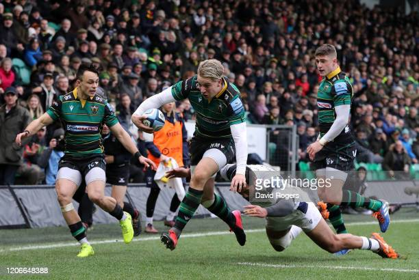 Harry Mallinder of Northampton Saints beats Charles Piutau of Bristol Bears to score his sides first try during the Gallagher Premiership Rugby match...