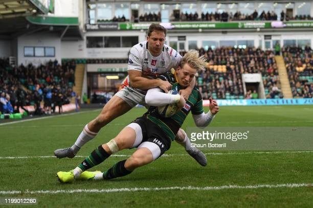 Harry Mallinder of Northampton Saints breaks the tackle of Tommaso Benvenuti of Benetton Rugby during the Heineken Champions Cup Round 5 match...