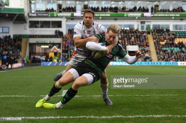 Harry Mallinder of Northampton Saints breaks the tackle of Tommaso Benvenuti of Benetton Rugby to score the first try during the Heineken Champions...