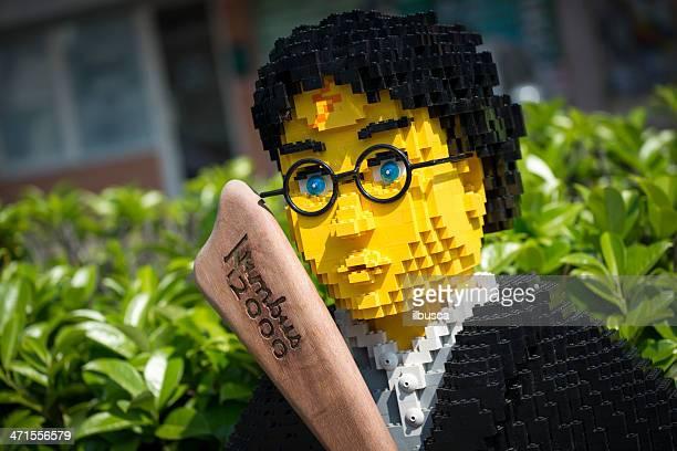 harry potter hecho de los ladrillos lego fuera juguetería - lego fotografías e imágenes de stock
