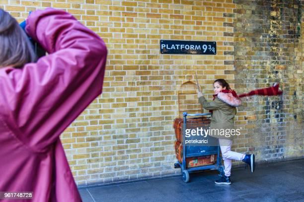 trole e harry potter plataforma nove e três quartos - plataforma de estação de trem - fotografias e filmes do acervo