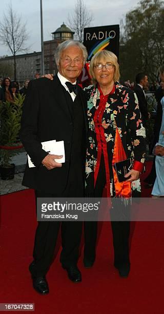 Harry Valerien Mit Ehefrau Randi Bei Der Ankunft Zur Verleihung Des Radio Regenbogen Award Im Rosengarten Mannheim