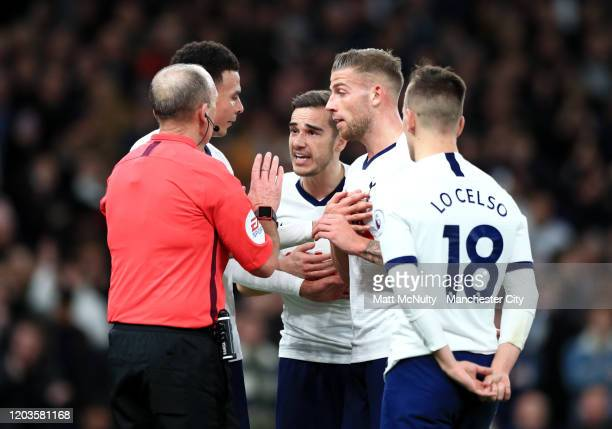 Harry Winks Dele Alli Toby Alderweireld and Giovani Lo Celso of Tottenham Hotspur confront Match Referee Mike Dean during the Premier League match...