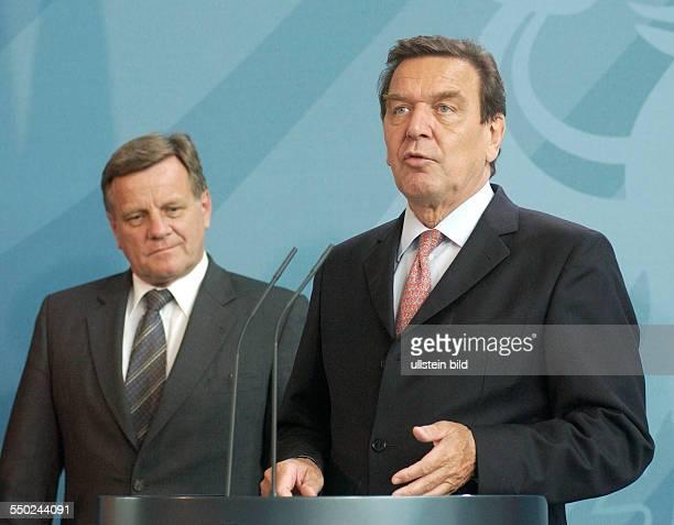 Hartmut Mehdorn und Bundeskanzler Gerhard Schröder anlässlich einer Pressekonferenz zur Vorstellung des Programms zur Herstellung der...
