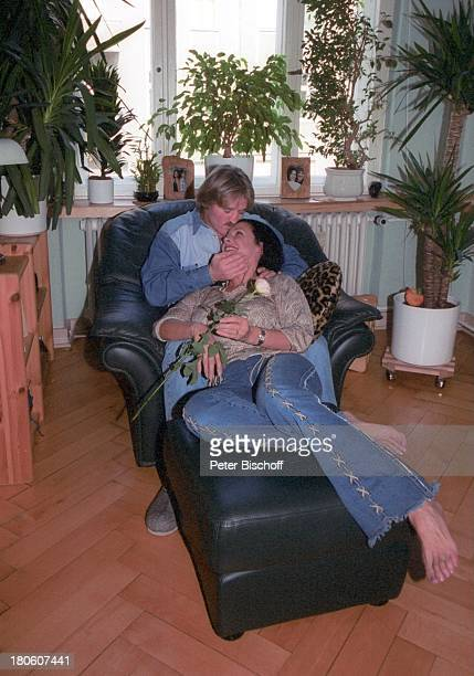 Hartmut Schreier Ehefrau Sabine Brühl Homestory Berlin Deutschland Europa Wohnzimmer Sessel Hocker weiße Rose Blume Frau Bart PNR 805/2002