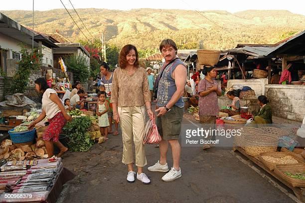 Hartmut Schreier, Ehefrau Sabine Schreier, Urlaub, Sambirenteng/Bali/Indonesien/Asien, , Schauspieler, Familie, Markt, Basar, Händler, Promi Promis,...