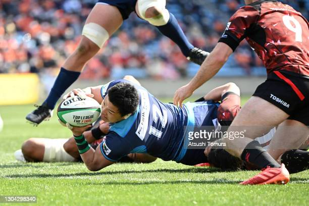 Harumichi Tatekawa of Kubota Spears scores his side's first try during the Top League match between Toshiba Brave Lupus and Kubota Spears at Prince...