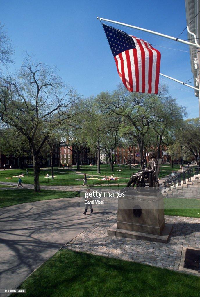 Harvard University With John Harvard Sculpture : Nieuwsfoto's