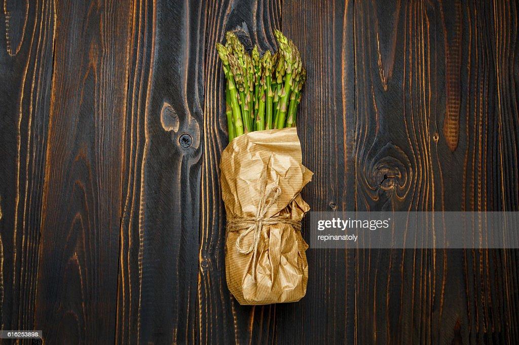 harvested asparagus on wooden : Foto de stock