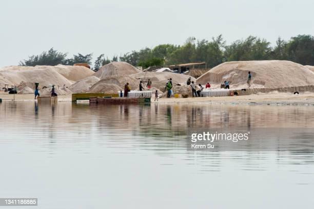 harvested salt piles on lake retba (pink lake) - lac rose photos et images de collection