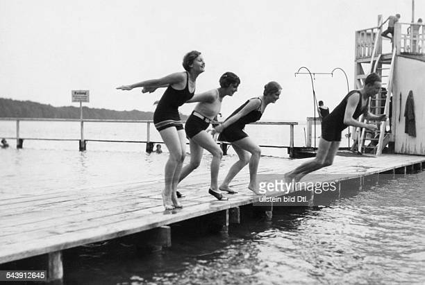 Harvey Lilian Actress Germany/Great Britain with Jenny Jugo Camilla Horn und Willy Fritsch jumping into the water Photographer Atelier Binder...