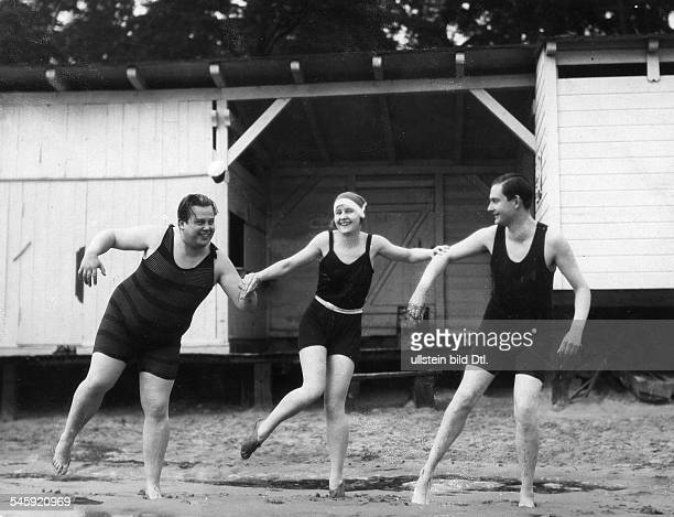 Harvey Lilian Actress Singer Germany / Great Britain * with Teddy Bill and Harry Hahn dancing Charleston at a lido in Italy 1927 Vintage property of...