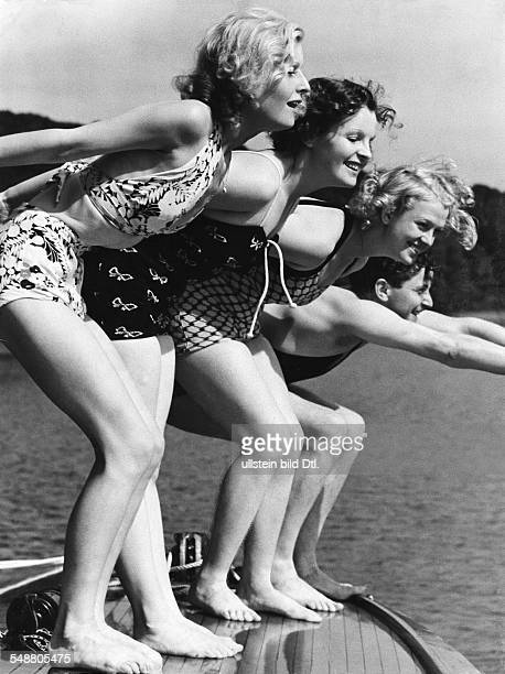 Harvey, Lilian - Actress, Singer, Germany / Great Britain *-+ From left: Harvey, Magda Schneider, Gretl Theimer and Franz Zimmermann on a boat on the...