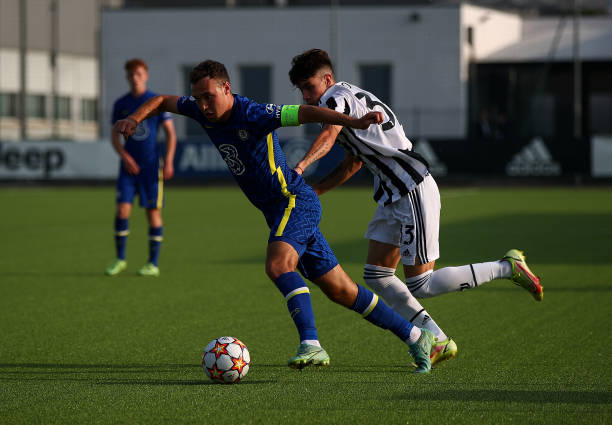 Harvey Vale of Chelsea battles with Matias Soule Malvano of Juventus during a UEFA Youth League match between Juventus and Chelsea at JTC Continassa...
