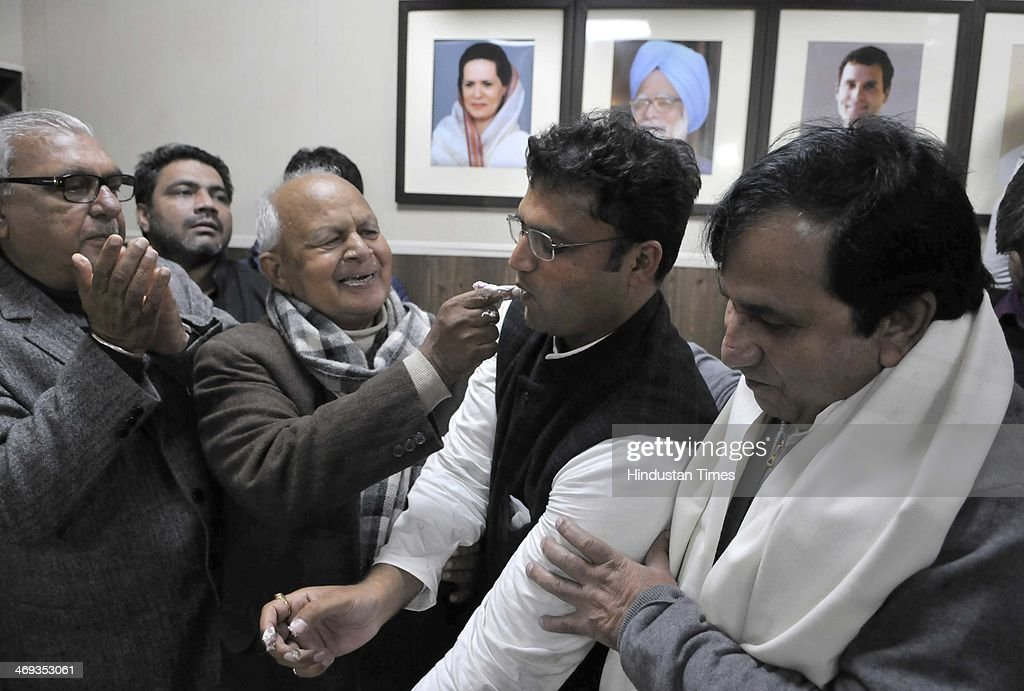 Haryana Chief Minister Bhupinder Singh Hooda Phool Chand Mullana former HPCC president with other senior leaders during a celebration of Ashok Tanwar.