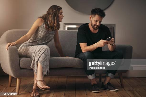 is het vertrouwen verdwenen uit hun huwelijk? - vriendje stockfoto's en -beelden