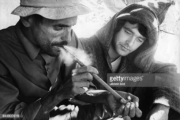 Marokkaner und Hippie mit Haschischpfeife