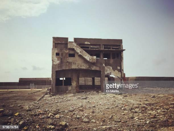 hashima island, commonly called gunkanjima, is an abandoned island lying about 15 kilometers from the city of nagasaki, japan. - 遺跡 ストックフォトと画像