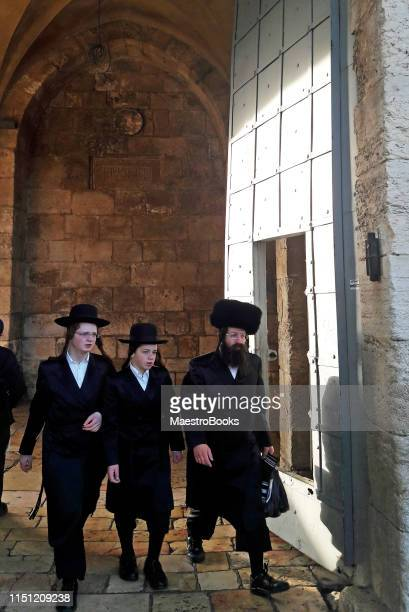 hasidic jewish family entering the old holy city of jerusalem - belz hasidic dynasty stock photos and pictures