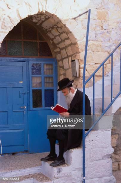 hasidic jewish rabbi sitting on steps - rabbi stock pictures, royalty-free photos & images