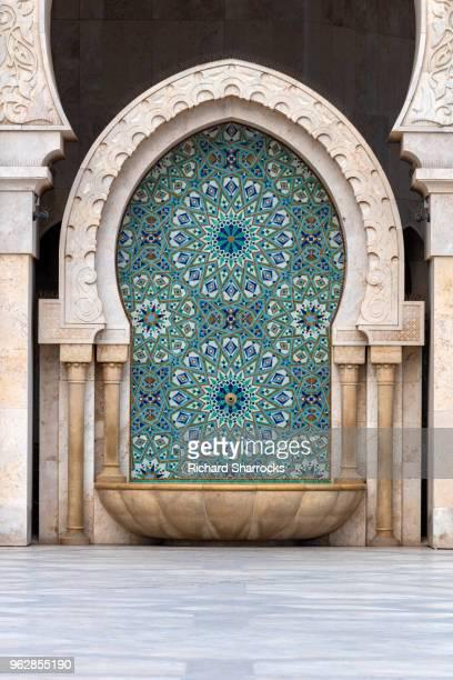 hassan ii mosque, casablanca - stone cleansing fountain - mosque hassan ii photos et images de collection