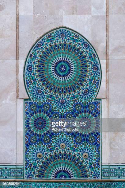 hassan ii mosque, casablanca - tiled cleansing fountain - mosque hassan ii photos et images de collection