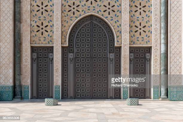 hassan ii mosque doors - casablanca, morocco - mosque hassan ii photos et images de collection