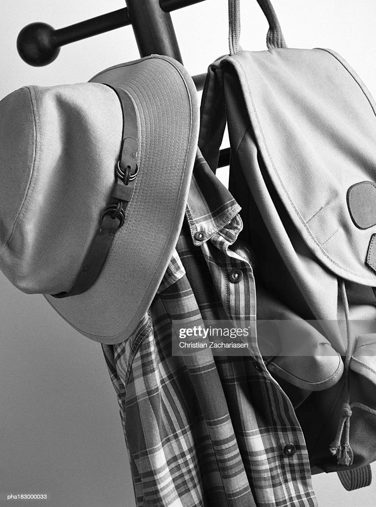 Hat and bag on hat stand, close-up, b&w : Stockfoto