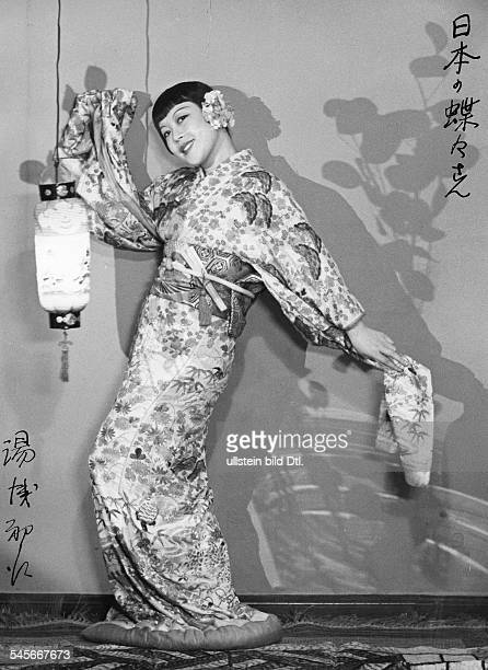 Hatsue Yuasa Singer Japan fullfigure portrait in a Kimono 1935 Photographer Franz Fiedler Published by 'BZ' Vintage property of ullstein bild