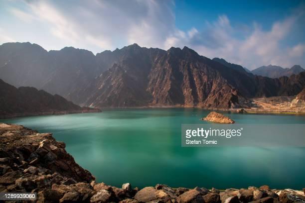lago hatta en dubai emirato de eau - paisajes de emiratos arabes fotografías e imágenes de stock