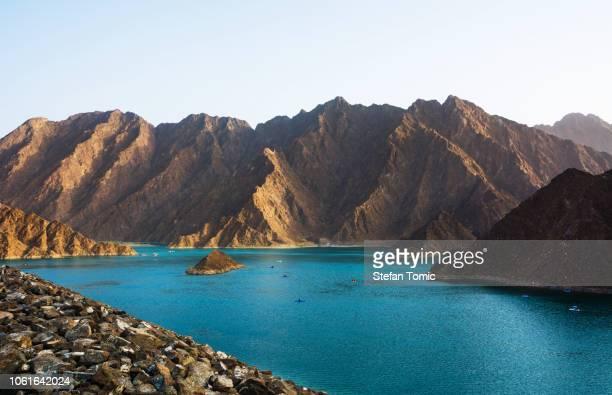 hatta lake in het emiraat van dubai, verenigde arabische emiraten - verenigde arabische emiraten stockfoto's en -beelden