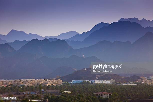 hatta village & hajar mountains. - ras al khaimah stock pictures, royalty-free photos & images