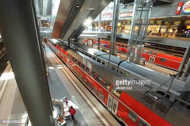 Hauptbahnhof Berlin Bahnsteig mit Regionalzug im Untergeschoss