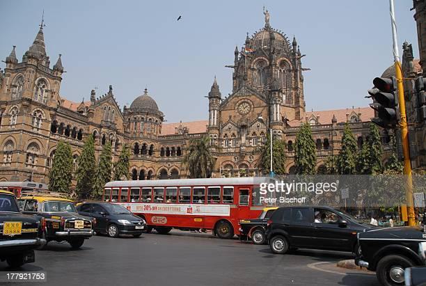 Hauptbahnhof Central Railway von Mumbai/Bombay Bundesstaat Maharashtra Indien Asien StadtMitte Außenansicht Bus Auto Kraftfahrzeug Strasse...