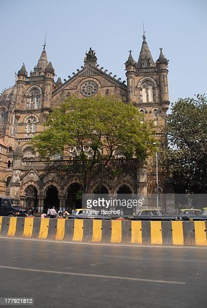 Hauptbahnhof 'Central Railway' von Mumbai/Bombay Bundesstaat Maharashtra Indien Asien StadtMitte Außenansicht Abgrenzung Strasse Reise