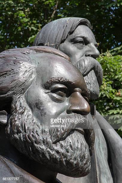Hauptbestandteil des MarxEngelsForums an der Spree in BerlinMitte sind die überlebensgroßen Bronzefiguren von Karl Marx und Friedrich Engels Die...
