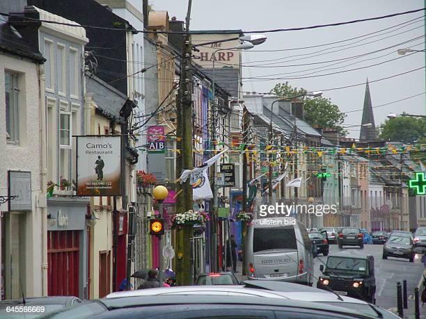 Hauptgeschäftsstraße aufgenommen an einem regnerischen Tag am Ring of Kerry in dre Kleinstadt Cahersiveen am 16 Juli 2015