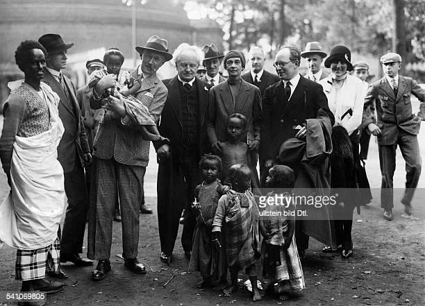 Hauptmann, Gerhart *15.11.1862-+Schriftsteller, DGerhart Hauptmann und Ehefrau Margarete und Bengt Berg bei einer Völkerschau im Berliner Zoo- 1928