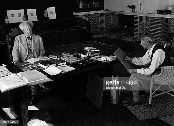 Hauptmann Gerhart Schriftsteller D wird in Hiddensee von Professor Willy Jäckel porträtiert 1931