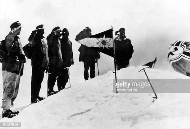 Hauptmann Groth und eine Abteilungdeutscher Gebirgsjäger bei derHissung der 'Reichskriegsflagge' undder 'Divisionskommandoflagge' auf demGipfel des...