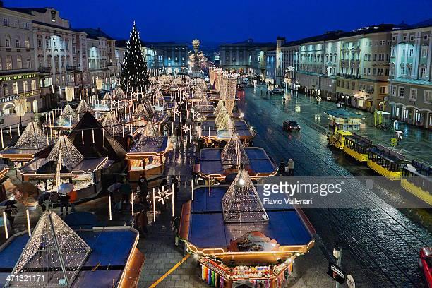 hauptplatz at christmas, linz - linz stock pictures, royalty-free photos & images