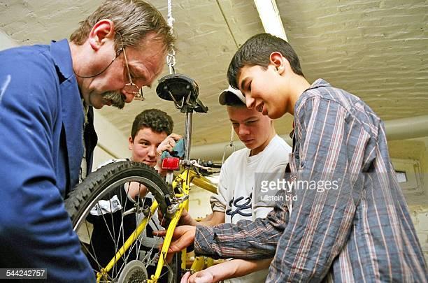 Hauptschule in AachenIn der Fahrradwerkstatt der Schule reparieren die Schueler unter Anleitung Fahrraeder um sie zu verkaufen Januar 2005