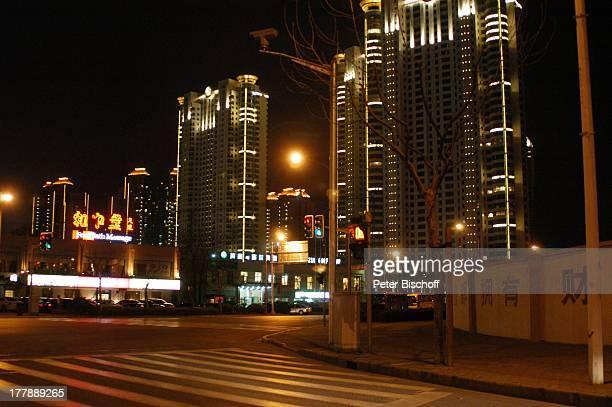 Hauptstraße Stadtteil Pudong Shanghai China Asien Wolkenkratzer Gebäude Bauwerk Nacht nachts Beleuchtung Leuchtreklame Hochhaus Wolkenkratzer...