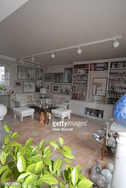 Haus von Claus Biederstaedt Ehefrau Dr Barbara Homestory kleines Dorf bei Fürstenfeldbrück Oberbayern Bayern Deutschland Europa Wohnzimmer Gemälde...