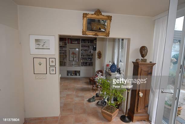 Haus von Claus Biederstaedt Ehefrau Dr Barbara Homestory kleines Dorf bei Fürstenfeldbrück Oberbayern Bayern Deutschland Europa Wohnzimmer Fenster...